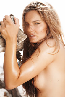 半裸的褐发女郎