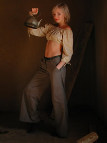提壶的女人高清晰图片