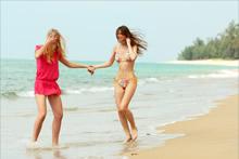 阳光海滩少女